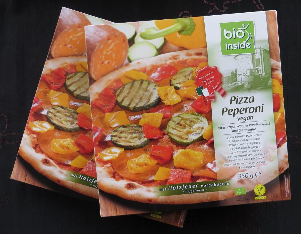 Vegan peperoni pizza